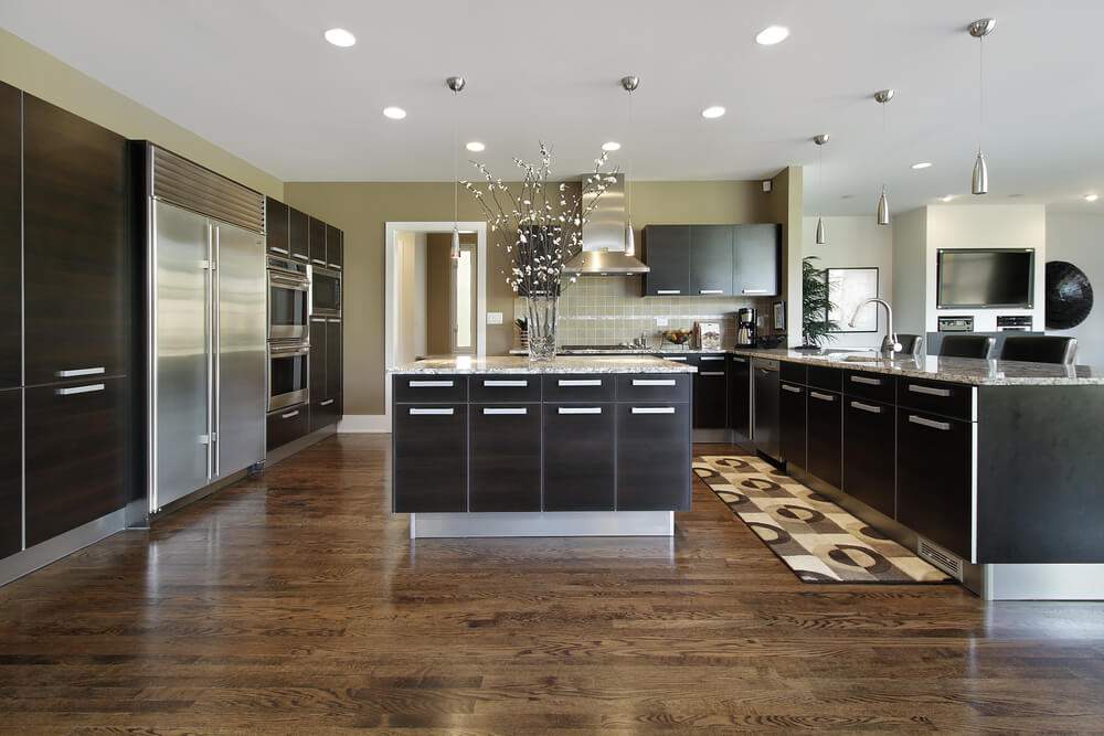 Black kitchen cabinets look very sleek and stunning in this modern kitchen. Supported by chrome accents and modern and unique decorations, this is the perfect modern family kitchen.