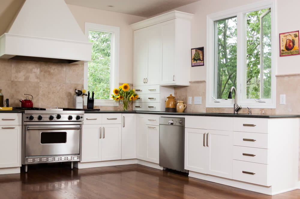 This white range hood draws the eye upward and makes the space feel expanded.
