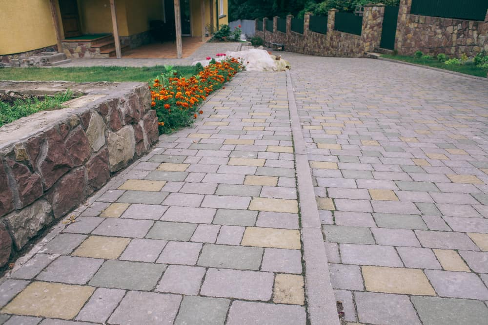 17 cobblestone paver ideas to improve your yard pictures if youve ever looked at someones driveway or their backyard and seen small pieces of brick or other materials that make it up then youve probably seen solutioingenieria Image collections